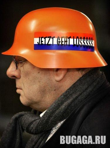 Голландские фанаты запасаются перед чемпионатом мира по футболу фашисткими касками
