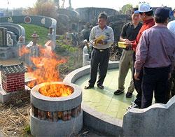 Китайцам запретили жечь на могилах презервативы