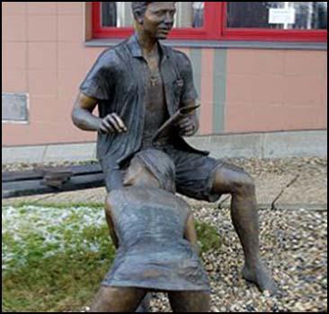 Проститутку-минетчицу увековечили в бронзе