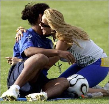 Рональдиньо чуть не изнасиловала фанатка.