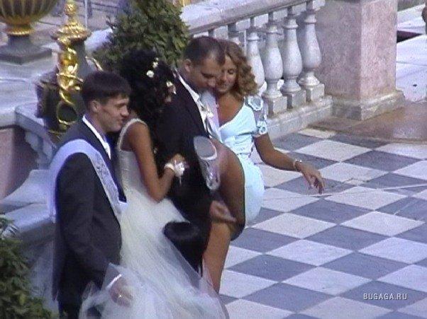 Видео жених и невеста слушали священника на свадьбе, когда свидетель случайно все испортил