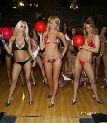 Известные порнозвезды играют в боулинг в бикини
