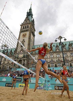 Красивые попки на чемпионате по пляжному волейболу в Гамбурге