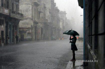 ...с утра льет дождь,ветер сильный....Невозможно даже с зонтиком ходить.