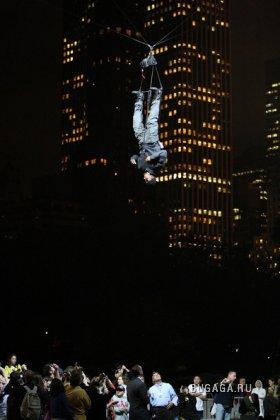 Британский иллюзионист Дэвид Блэйн (David Blaine) завис на три дня над Центральным Парком Нью-Йорка