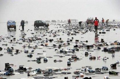 Почему так много кроссовок на берегу?