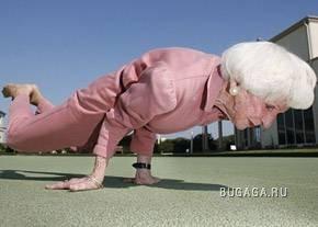 83-летняя бабуля выполняет сложнейшие трюки йоги