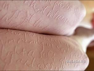 """""""Бумажная женщина"""" пишет ногтем на своей коже"""