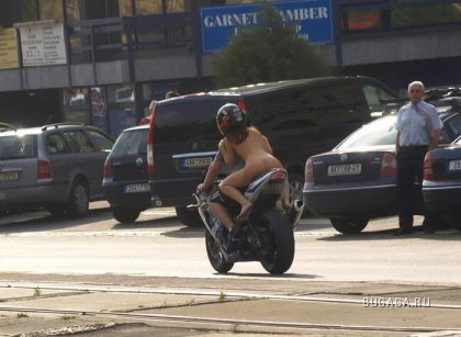 Голая девица на мотоцикле