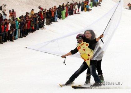 На лыжах в бикини