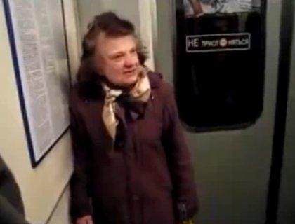 Буйная пьяная женщина в метро