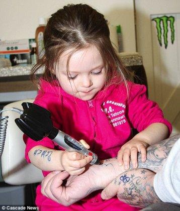Самая маленькая татуировщица в мире