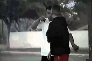 Скейтер уделал ублюдка с пистолетом