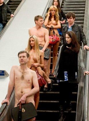Офисные работники проехались в метро голыми