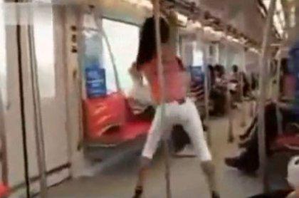 Стриптиз в японском метро