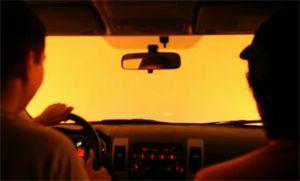 Автомобиль с людьми чудом спасается из лесного пожара