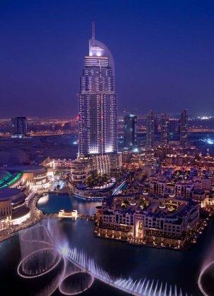 Фонтан на озере Бурж в Дубае