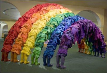 Разноцветные скульптуры из одежды