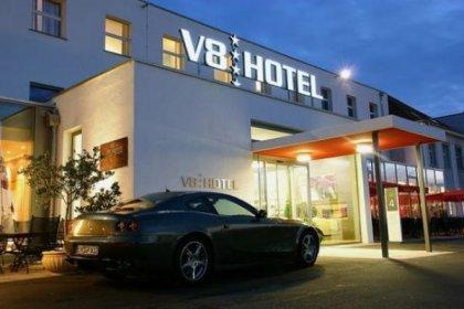 Hotel V8 - гостиница в автомобильном стиле
