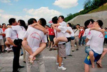 Соревнования по необычным поцелуям в Китае