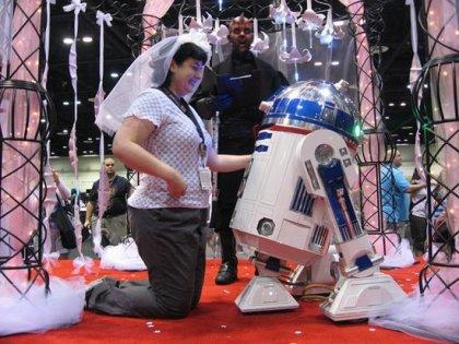 Фанатка выходит замуж за R2-D2