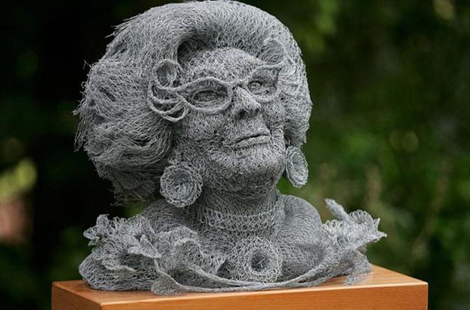 Что в руках у очень известной скульптуры