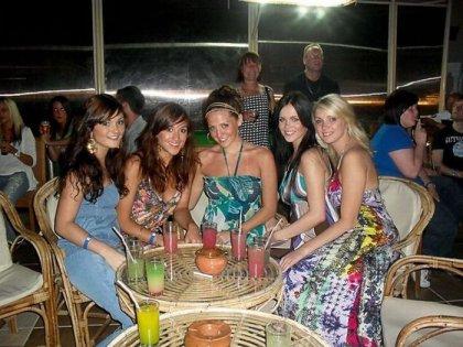Отвязные девушки отдыхают на курорте