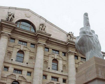 Средний палец на площади Милана