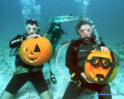 Хеллоуин: вырезаем тыкву под водой