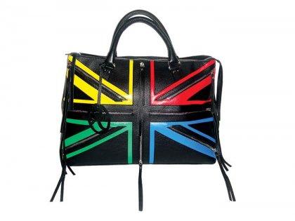 Узор сумки отчетливо напоминает флаг Великобритании.