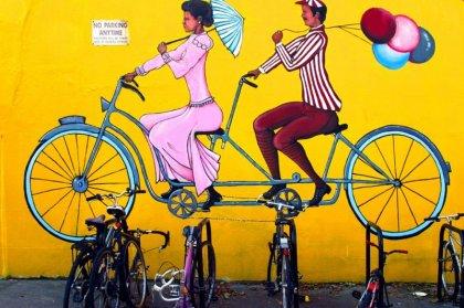 Велосипеды у стены