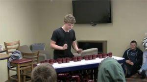 Парень играет на пластиковых трубах