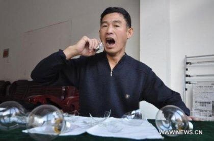 Китайский каскадер поедает лампочки