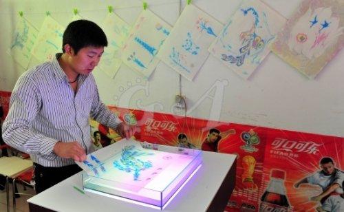 Китайский художник рисует картины на воде