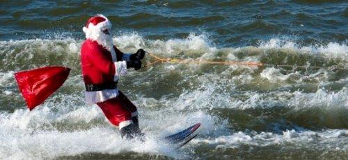 Санта-Клаусы встали на водные лыжи
