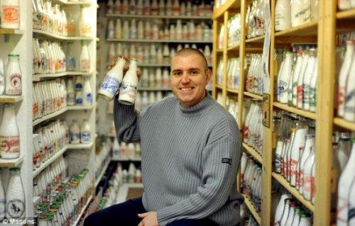 Самая большая коллекция молочных бутылок