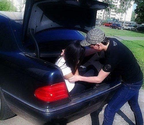 Демотиваторы Рунета КАВКАЗСКАЯ ЛЮБОВЬ Она: Я не люблю тебя.  Он: Ты че давно в багажнике не каталась?