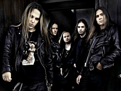 Voz masculina en metal.