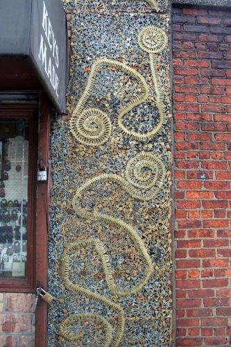 Магазин с фасадом из ключей