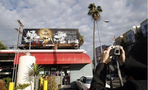 Уличный художник Бэнкси раскрашивает Лос-Анджелес