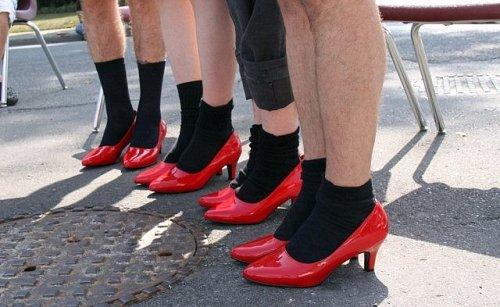 Марш мужчин в женских туфлях