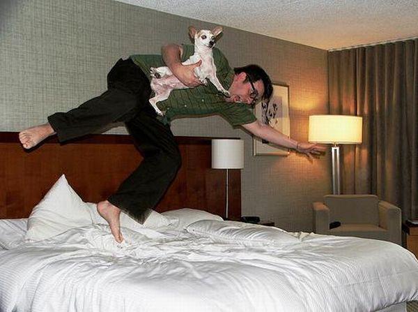 Девушка прыгает на кровати в гостинице видео — img 9