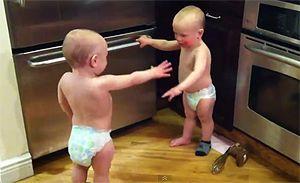 Маленькие близнецы общаются