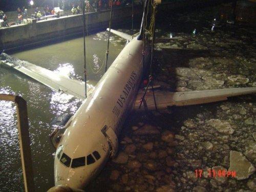 Подъем авиалайнера из вод реки Гудзон