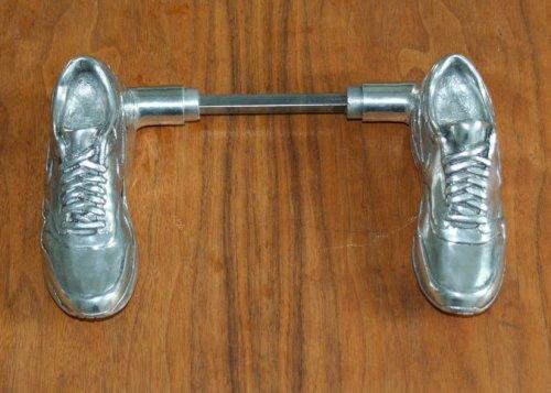Дверные ручки в виде кроссовок