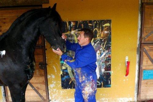 Картины, нарисованные лошадью