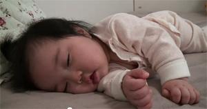 Малышка борется со сном