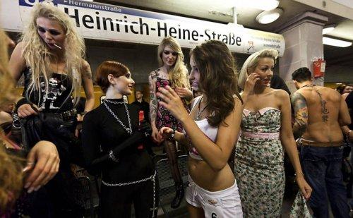 Показ моды в метро