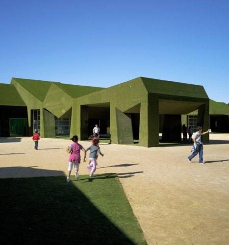 Школа из травы в Испании
