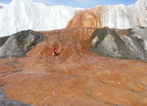 Ржавый водопад в Антарктиде
